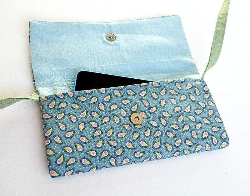 Need a small cross body bag for your wallet, keys and mobile? This is the bag for you. This DIY cross body bag includes a zip pocket for personal item. Tutorial