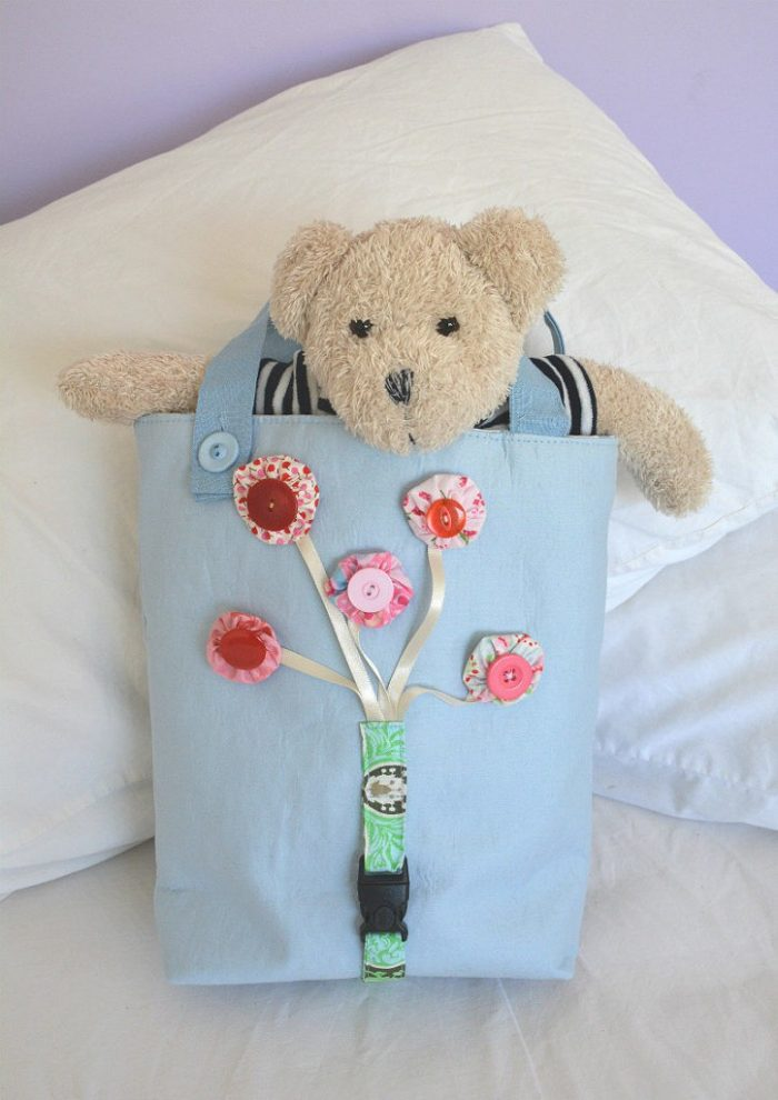 Use your fabric scraps to create a fun busy toddler bag, free tutorial. Use buttons, magnetic snaps, velcro, buckle and zip to increase manual dexterity