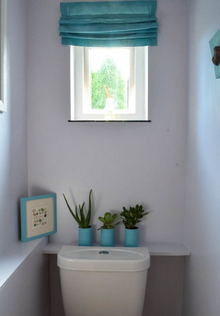 Looking for inspiration for your bathroom décor? Upate your small toilet on a budget. Click through for DIY ideas