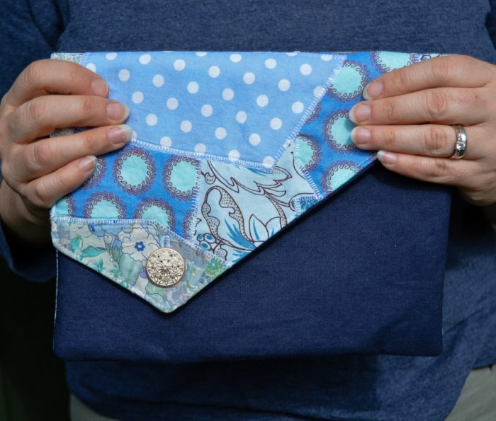 Learn how to make a clutch bag using your fabric scraps, this free tutorial walks you through every step of sewing the DIY fold over clutch #Clutchtutorial