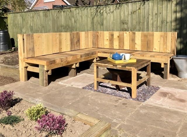 Aprenda a fazer um banco de jardim DIY fácil usando materiais à mão.