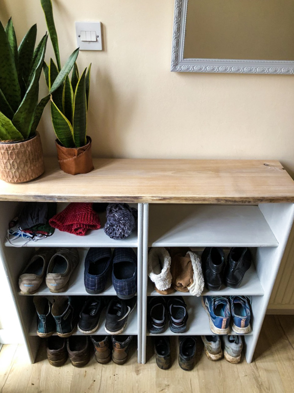 Are you looking for a super easy way to organise your shoes in your entrance hall? This easy DIY shoe rack could be the perfect solution for you.