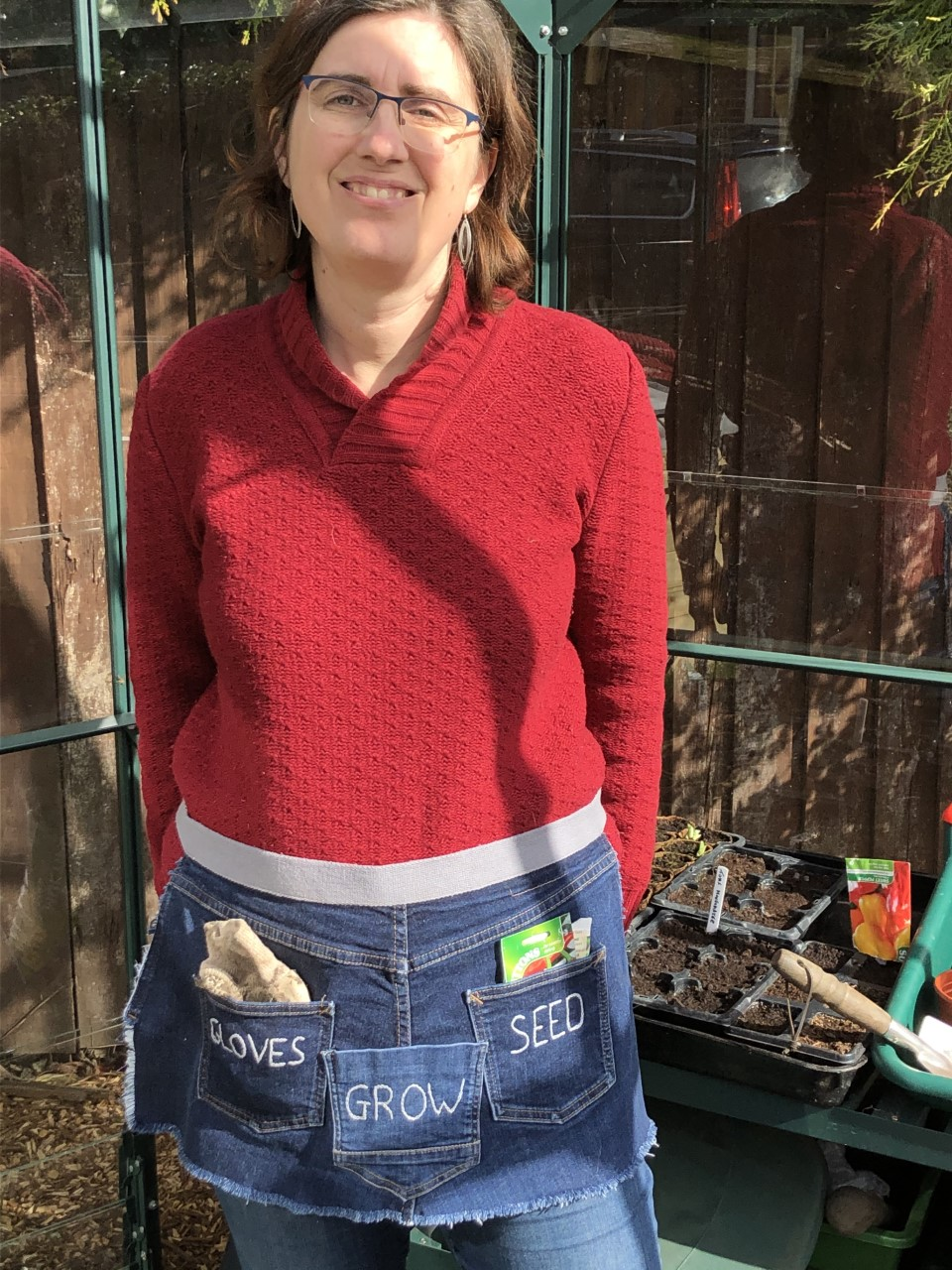 Learn how to sew your perfect denim garden apron with this free pattern by following the detailed tutorial with step-by-step instructions, or by watching the video. Upcycle your old jeans